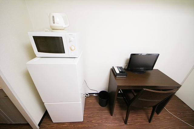 冷蔵庫、電子レンジ、電気ケトル、デスク、テレビ