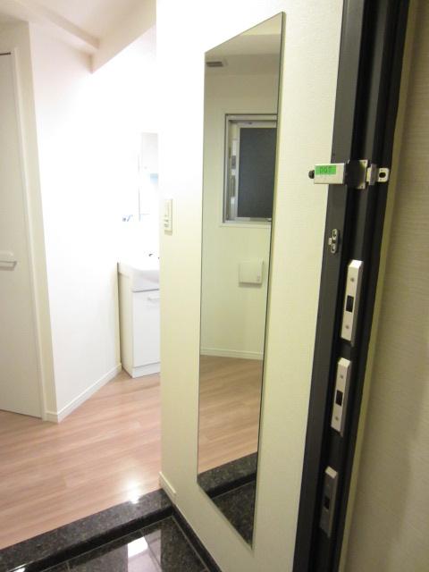 玄関には姿見鏡も付いています(^_^)/