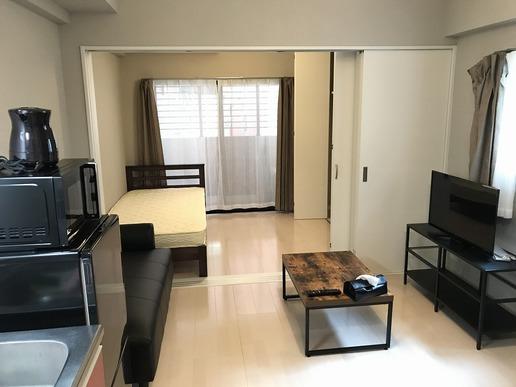 モノトーンを基調とした家具家電の落ち着いた雰囲気のお部屋です