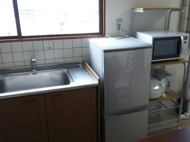 キッチンの家具(冷蔵庫、電子レンジ、ポット)
