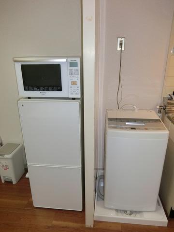 (右)室内洗濯機、(左)電子レンジ、冷蔵庫
