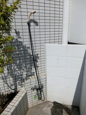 マンション入口横にシャワーあります