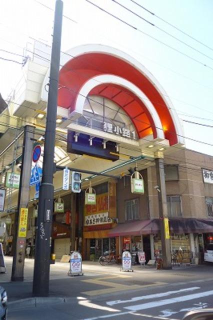 マンションの道路を挟んで狸小路商店街があります。便利です