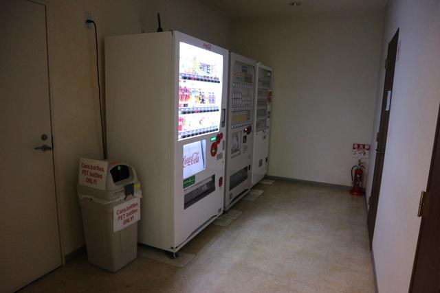 屋内エントランスに自動販売機あります。