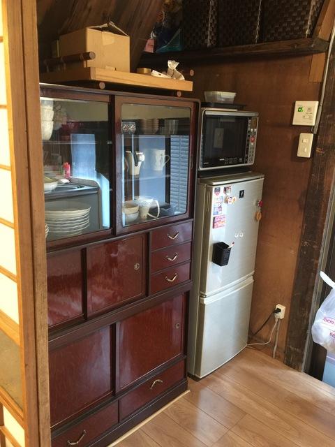 アンティーク和風食器棚です。電子レンジと冷蔵庫は新品です。