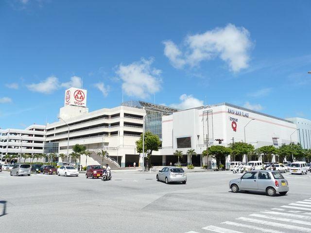 近くに大型ショッピングセンターあります。