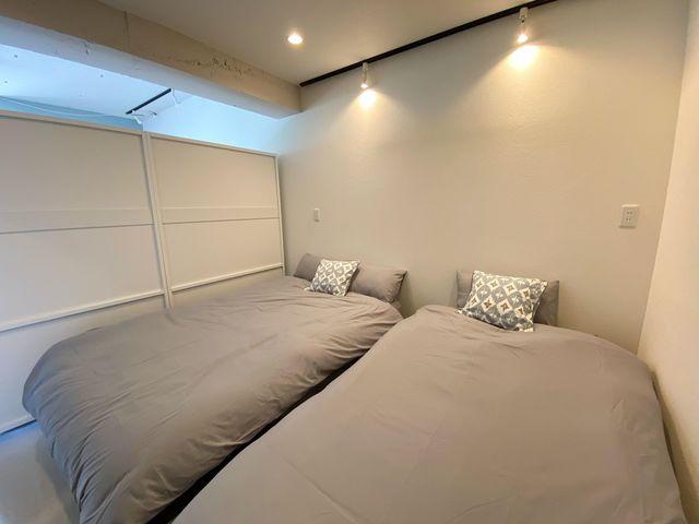 ベッドルームは、セミダブル+シングルの2台