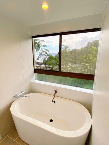 バスルームからは海が見渡せます。もちろん温泉使用可能