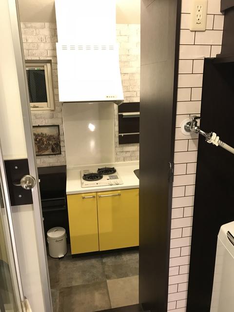 シャワールームから見たキッチン