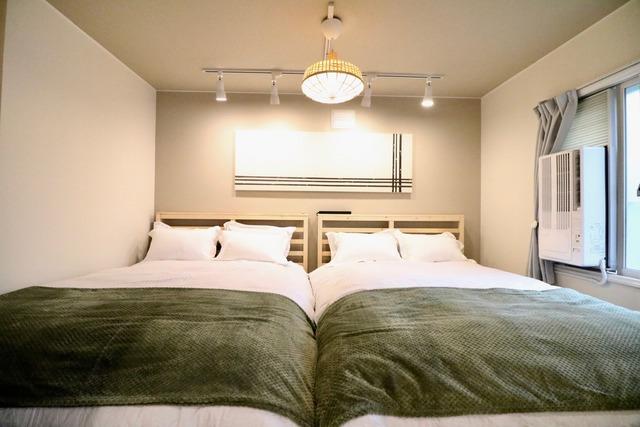 ダブルベッド2台でゆったり、和室にお布団も敷けます