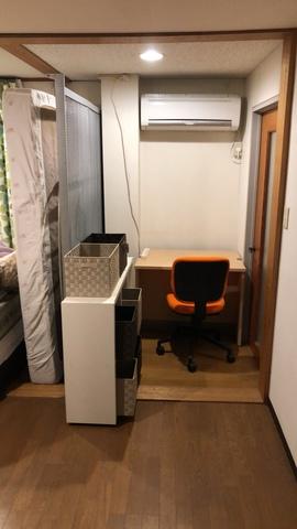 寝室のWベット一台を間仕切り代わりでリモートspaceな画像