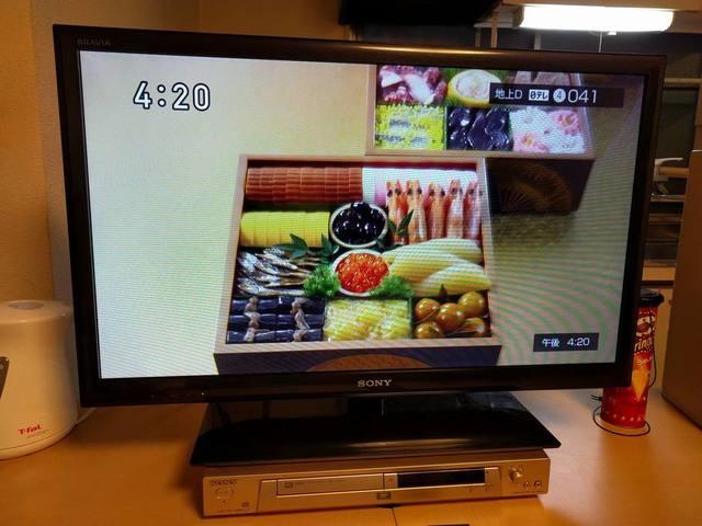 液晶ワイドテレビ32インチと、DVDプレイヤーがございます