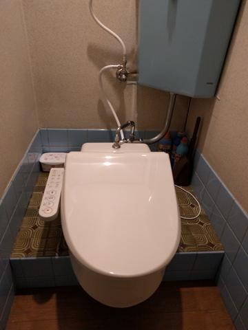 和式トイレですが洋式の陶器製水洗便器が設置して有ります!