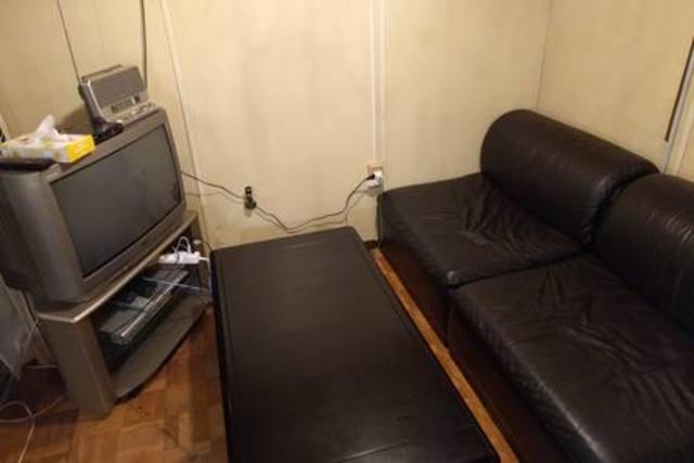 革張りのソファー×2台とローテーブルです