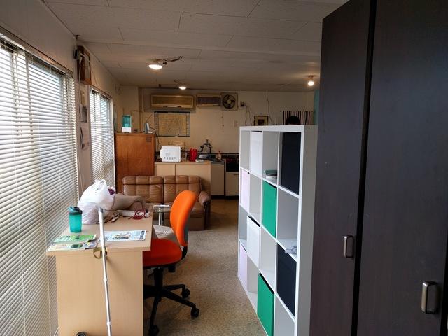 玄関からベットが見えないように家具や棚で仕切っております