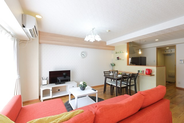 大きな赤いソファのあるリビングルーム