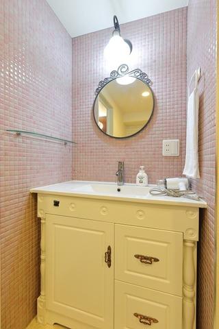 丸い鏡がお洒落な洗面台