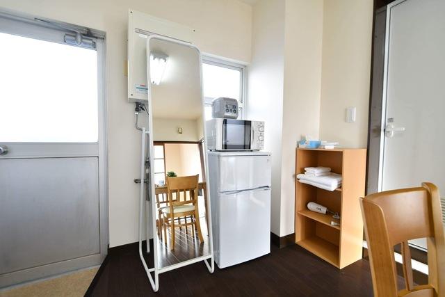 冷蔵庫、電子レンジ、姿見、棚も含まれます。