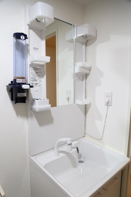 シャワーヘッド付きの洗面台です。
