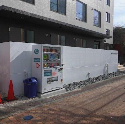 建物前に自動販売機あります。