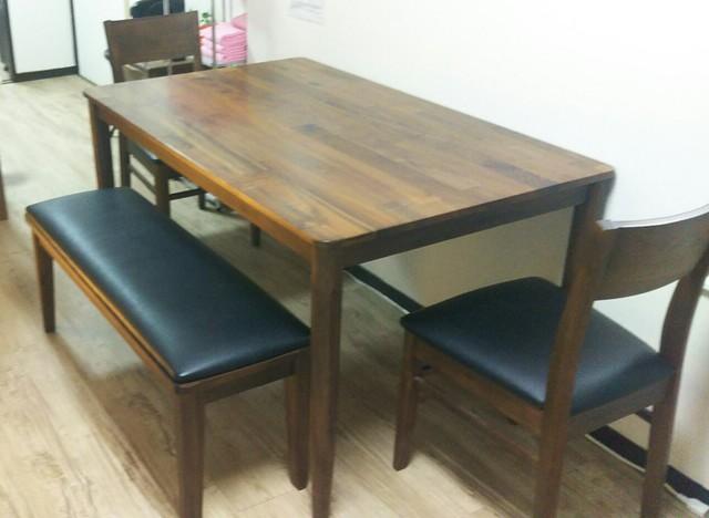お食事にもお仕事にも使いやすい、広いテーブルです。