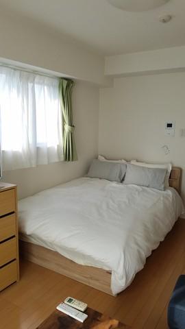 ダブルサイズのベッド。寝具もオプション無償サービス中