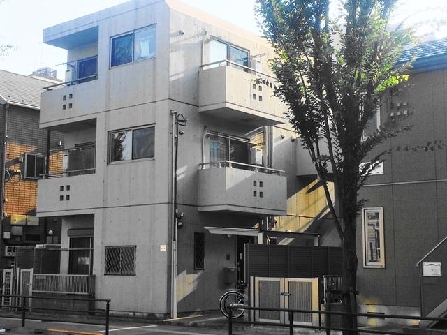 コンクリート打ちっぱなしのモダンなデザインのマンション