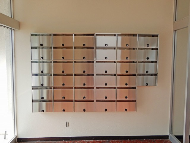郵便ポスト、宅配物は併設するビジネスホテルでお預かりできます