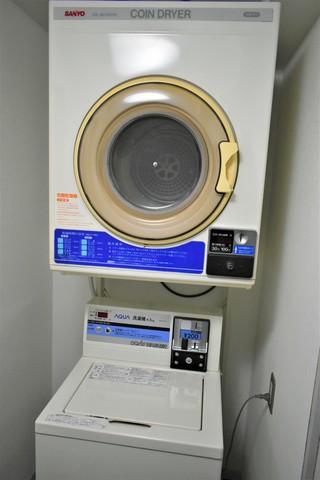 お部屋に洗濯機はないですが、1Fにコインランドリー有り