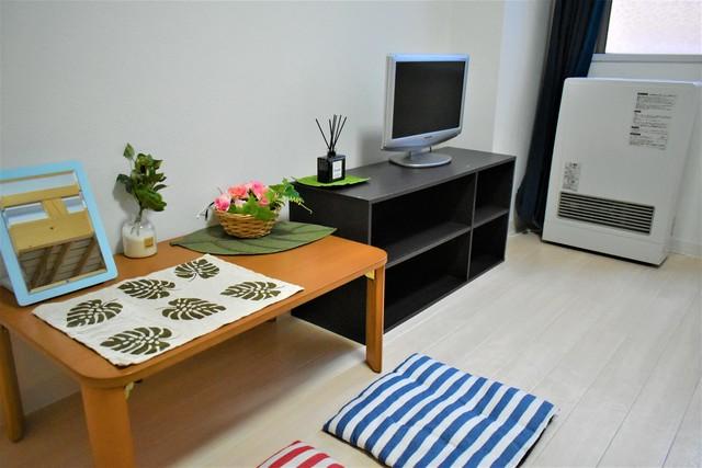 お部屋にはテレビ・暖房・テーブル・収納がございます。
