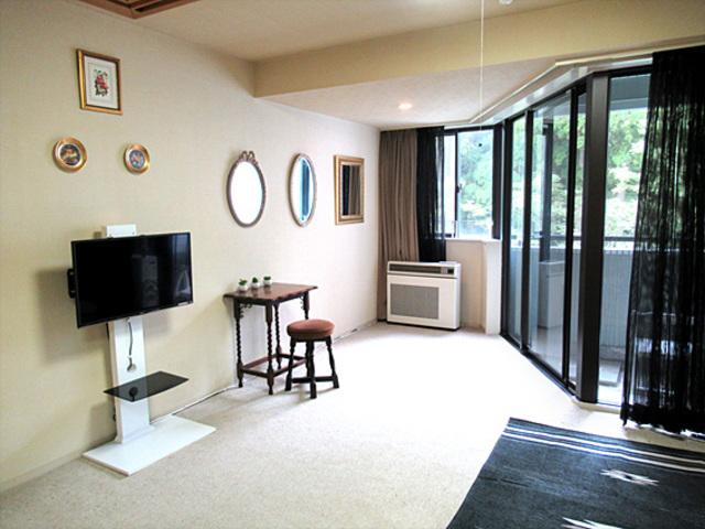 6畳の和室から10畳の洋室を見た写真です。右奥にバルコニー。