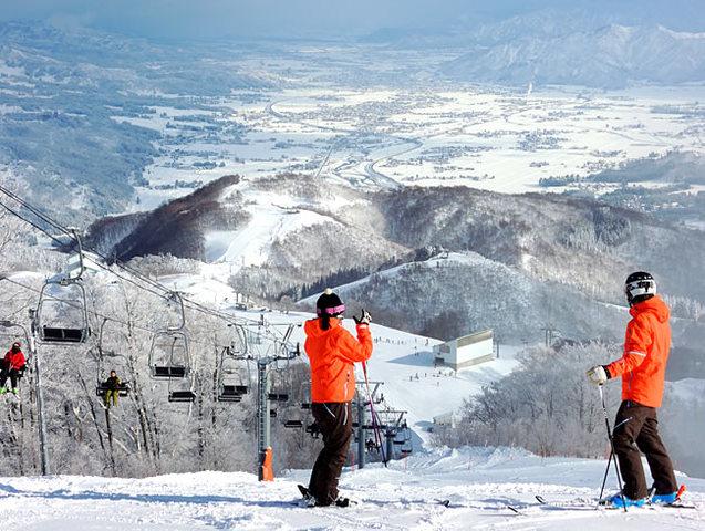 石打丸山スキー場内に立地