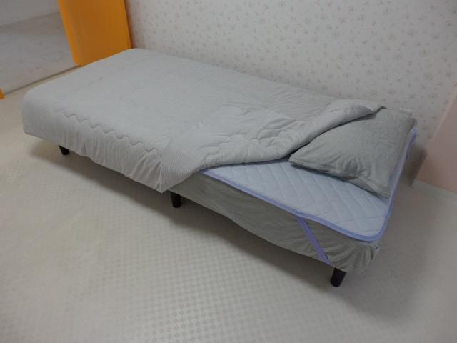 ベッド(季節により毛布・掛布団付)
