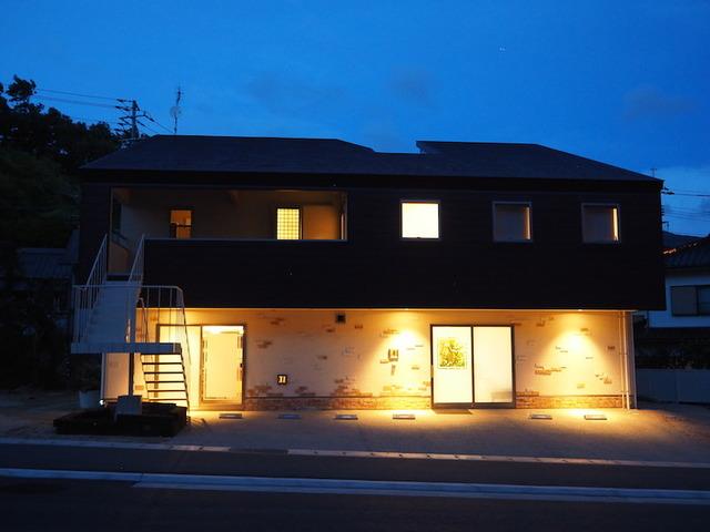 居住スペースは2Fです。1Fには珈琲店と美容院が併設。