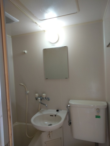 トイレと同室です。お湯も出ます。