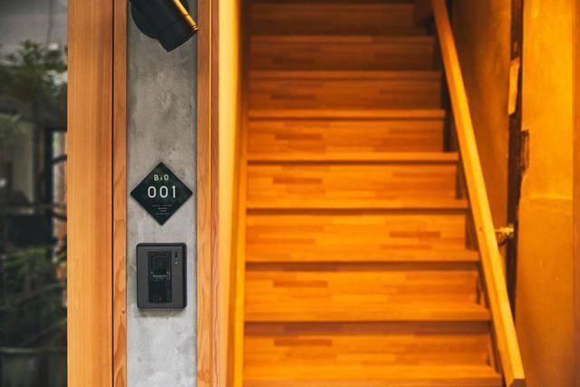 玄関からすぐ階段を上がって2階に居室です。